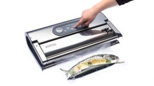 Vakuumski aparat Provac 360 prikaz vakuumiranja rib v vakuumski vrečki.
