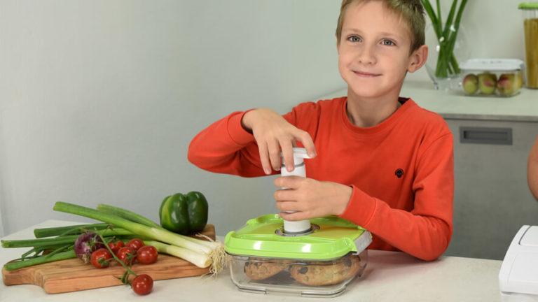 deček vakuumira Statusovo posodo z ročno vakuumsko črpalko