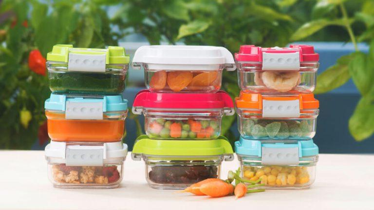 Vakuumske posode za otroško hrano s kašicami in BLW prigrizki v naravi.