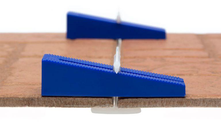 prikaz klina in spojke Easytiler na ploščicah od blizu
