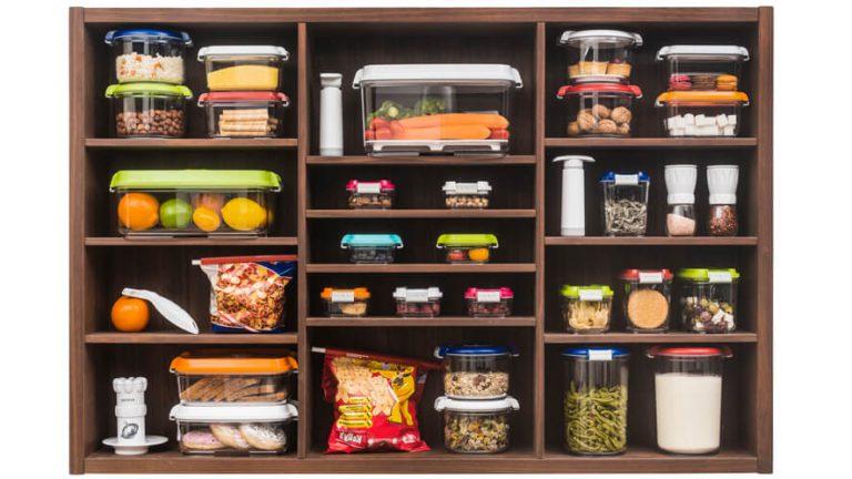 Vakuumske posode Status različnih volumnov na kuhinjskih policah.