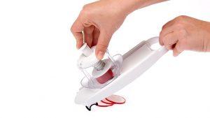prikaz rezanja redkvice z mini rezalnikom rezinarjem