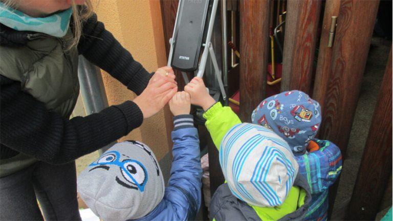 djeca koriste stiskalicu boca