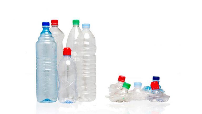 Stisnjene in nestisnjene plastenke za vodo.