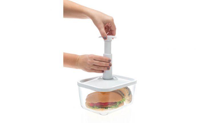 Prikaz vakuumiranje steklene vakuumske posode z ročno vakuumsko črpalko.