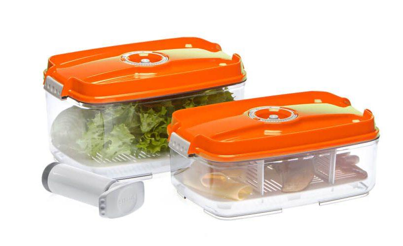 Set većih pravokutnih posuda za hranu s dodacima za pohranjivanje različitih namirnica.