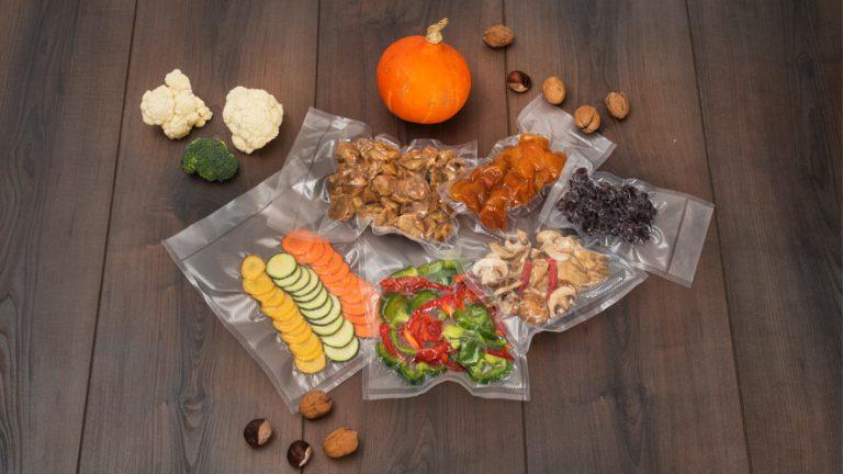 Vakuumsko shranjena živila na rjavem ozadju