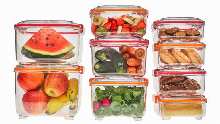 Statusove lock posode z živili, zložene ena na drugi.