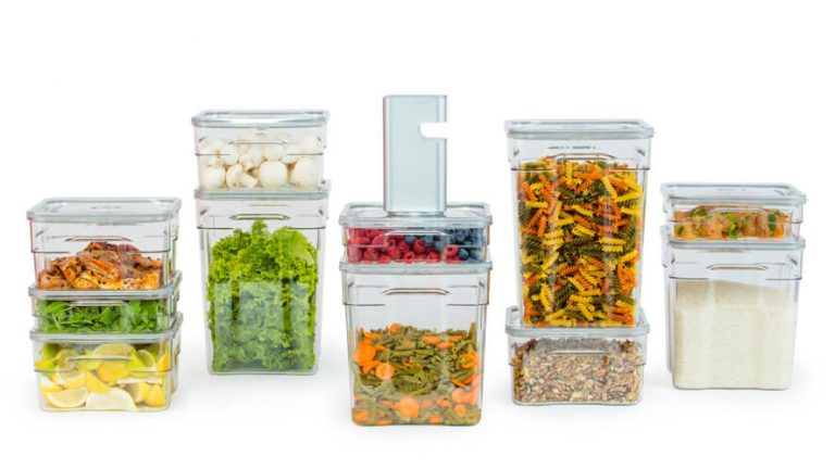 različni volumni gastro vakuumskih posod s shranjenimi živili