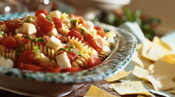 Pripremite različite osvježavajuće salate s rajčicom.